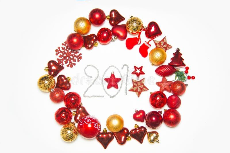Τοπ άποψη σχετικά με το πλαίσιο φιαγμένο από διακόσμηση Χριστουγέννων με τις νέες σφαίρες έτους στο απομονωμένο άσπρο υπόβαθρο με στοκ εικόνες