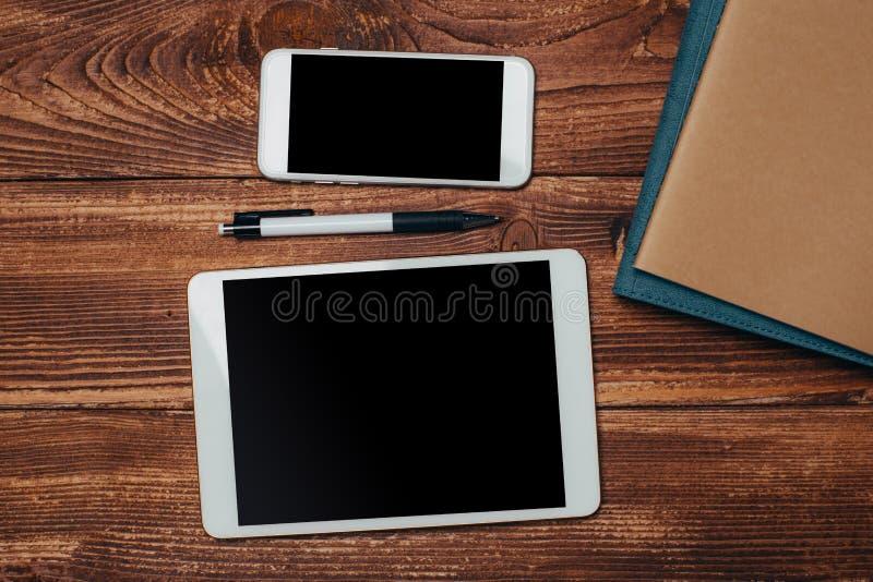 Τοπ άποψη της άσπρης κενής μαύρης οθόνης ταμπλετών για την επίδειξη διαφημίσεων ή άλλο app σχέδιο με το smartphone στοκ εικόνα με δικαίωμα ελεύθερης χρήσης
