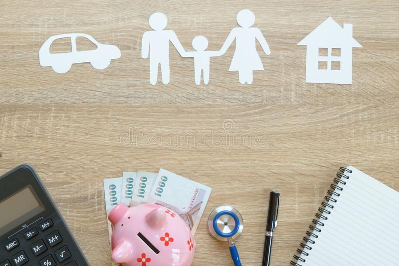 Τοπ άποψη της ασφαλιστικής έννοιας με την οικογένεια, αυτοκίνητο, έγγραφο σπιτιών, ste στοκ εικόνα
