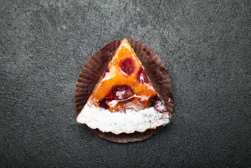 Τοπ άποψη της γλυκιάς και ευώδους σπιτικής φέτας μούρων της πίτας σε ένα μαύρο υπόβαθρο στοκ φωτογραφία με δικαίωμα ελεύθερης χρήσης