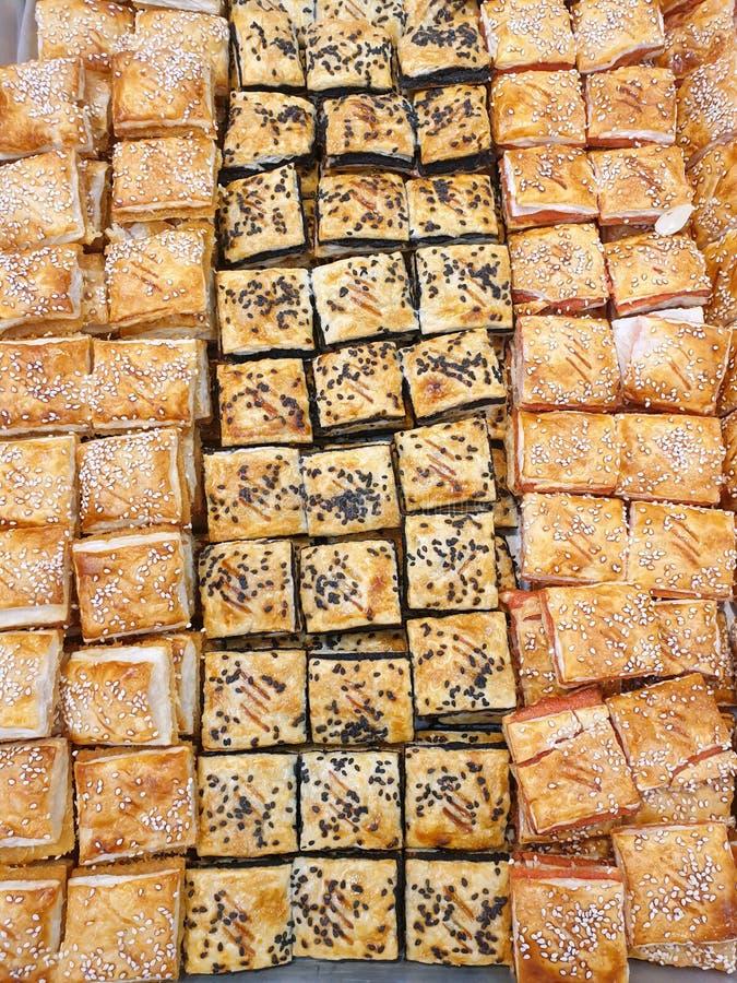Τοπ άποψη της γλυκιάς πλεγμένης ζύμης ριπών ως υπόβαθρο στοκ εικόνα με δικαίωμα ελεύθερης χρήσης