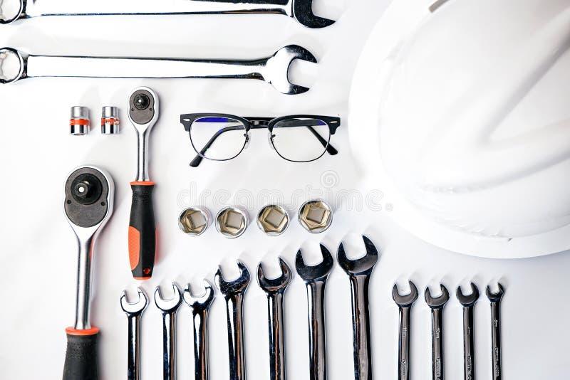 Τοπ άποψη της λειτουργώντας κατασκευής και των μηχανικών εργαλείων, γαλλικό κλειδί, socke στοκ φωτογραφίες