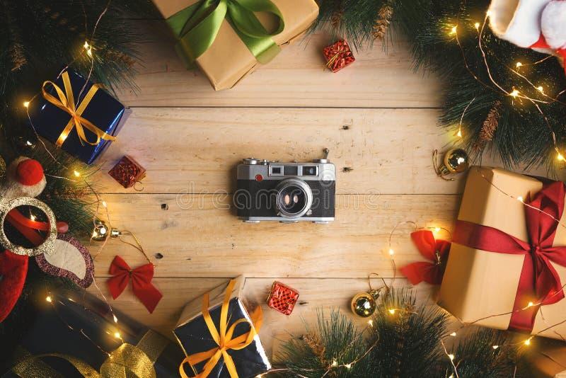 Τοπ άποψη της εκλεκτής ποιότητας κάμερας μεταξύ της διακόσμησης Χριστουγέννων σε ξύλινο στοκ εικόνα
