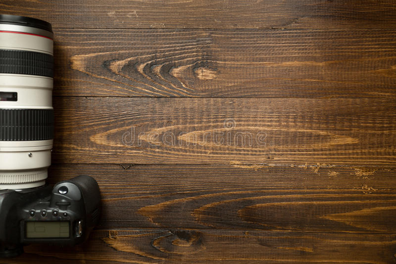 Τοπ άποψη της επαγγελματικής ψηφιακής κάμερα με το φακό telephoto στο W στοκ εικόνα