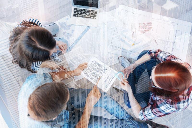 Τοπ άποψη της επιτυχούς ομάδας που καταλαμβάνεται με την εργασία στοκ εικόνα με δικαίωμα ελεύθερης χρήσης