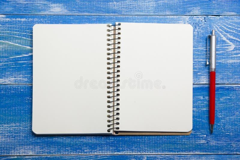 Τοπ άποψη της δημιουργικής έννοιας γραψίματος με τα μολύβια, βιβλίο, σημειωματάριο στον ξύλινο πίνακα Διάστημα αντιγράφων για το  στοκ φωτογραφία
