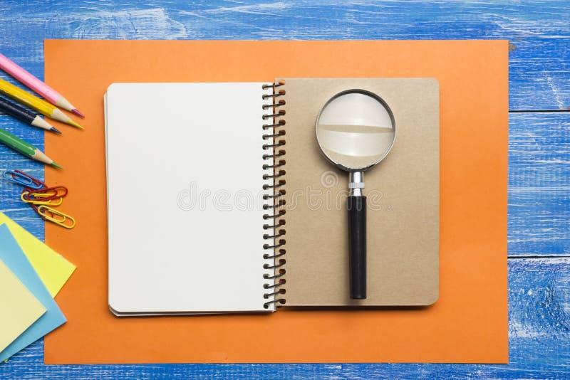 Τοπ άποψη της δημιουργικής έννοιας γραψίματος με τα μολύβια, βιβλίο, σημειωματάριο στον ξύλινο πίνακα Διάστημα αντιγράφων για το  στοκ φωτογραφία με δικαίωμα ελεύθερης χρήσης