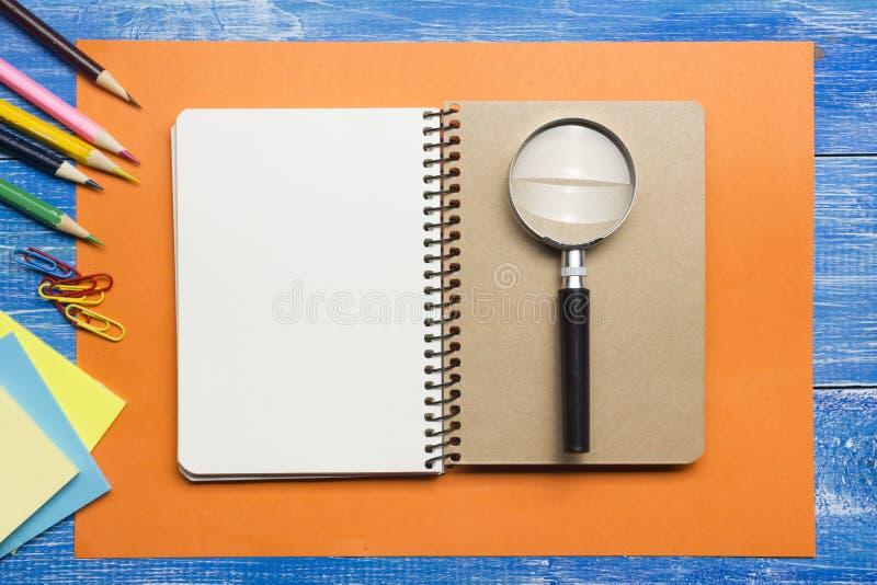 Τοπ άποψη της δημιουργικής έννοιας γραψίματος με τα μολύβια, βιβλίο, σημειωματάριο στον ξύλινο πίνακα Διάστημα αντιγράφων για το  στοκ φωτογραφίες με δικαίωμα ελεύθερης χρήσης