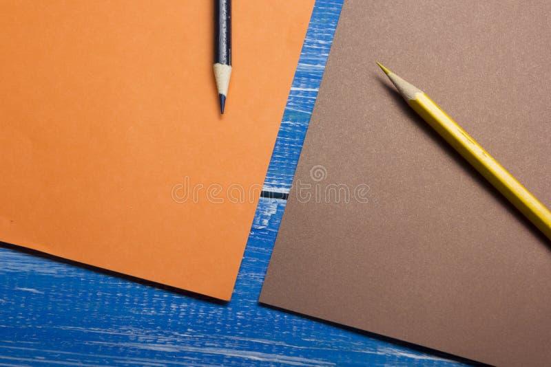 Τοπ άποψη της δημιουργικής έννοιας γραψίματος με τα μολύβια, ζωηρόχρωμο έγγραφο στον ξύλινο πίνακα Διάστημα αντιγράφων για το κεί στοκ φωτογραφία με δικαίωμα ελεύθερης χρήσης