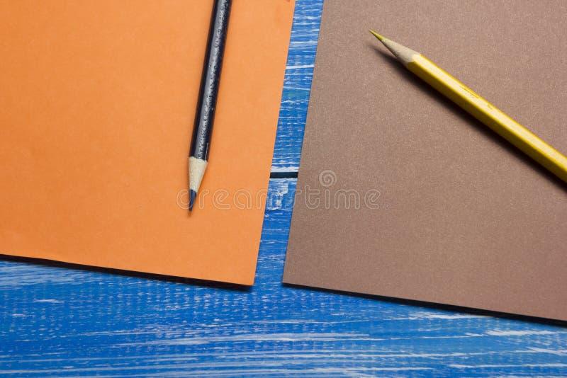 Τοπ άποψη της δημιουργικής έννοιας γραψίματος με τα μολύβια, ζωηρόχρωμο έγγραφο στον ξύλινο πίνακα Διάστημα αντιγράφων για το κεί στοκ φωτογραφίες με δικαίωμα ελεύθερης χρήσης