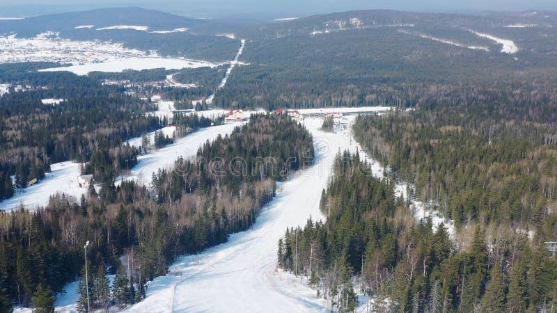 Τοπ άποψη της κλίσης σκι στο υπόβαθρο του χιονοδρομικού κέντρου footage Όμορφο τοπίο του χιονοδρομικού κέντρου με το παχύ κομψό δ στοκ εικόνες με δικαίωμα ελεύθερης χρήσης