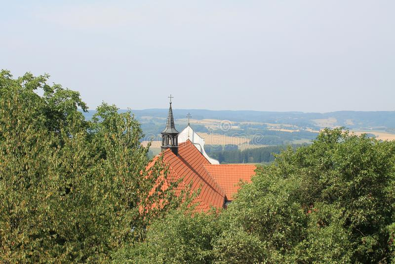 Τοπ άποψη της κόκκινης στέγης της εκκλησίας του ST Vitas σε Lipnice πέρα από τη Δημοκρατία της Τσεχίας Sazava στοκ εικόνες