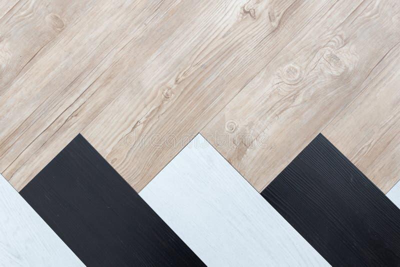 Τοπ άποψη της μαύρης, άσπρης και καφετιάς ξύλινης σύστασης υποβάθρου πατωμάτων ψαροκόκκαλων στοκ εικόνα
