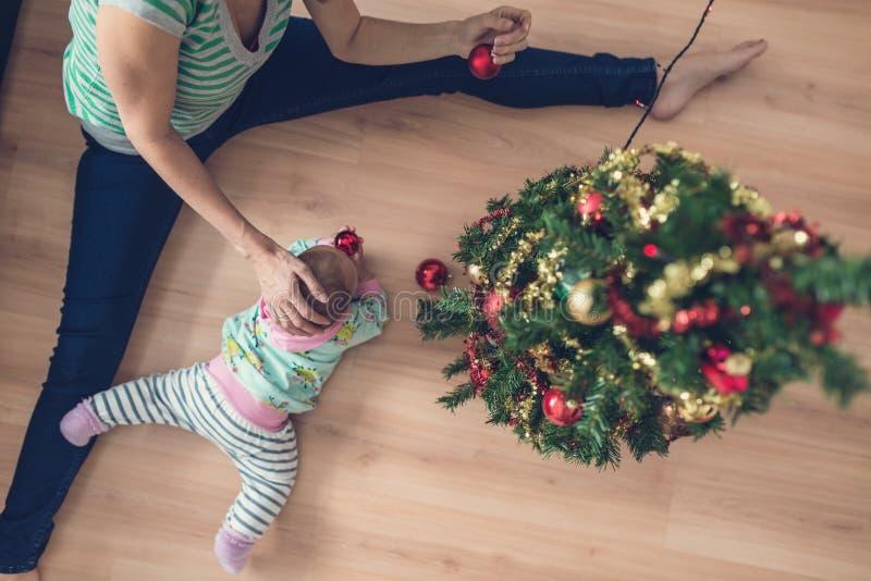 Τοπ άποψη της μητέρας ήπια σχετικά με το κοριτσάκι της όπως αυτοί decorat στοκ εικόνες με δικαίωμα ελεύθερης χρήσης