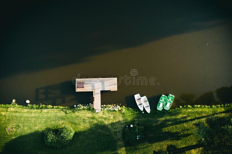Τοπ άποψη της μικρών αποβάθρας και των βαρκών στο νερό στοκ φωτογραφίες