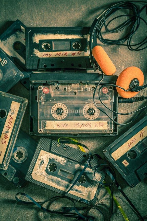 Τοπ άποψη της παλαιάς ακουστικής κασέτας με τα ακουστικά και το γουόκμαν στοκ εικόνες