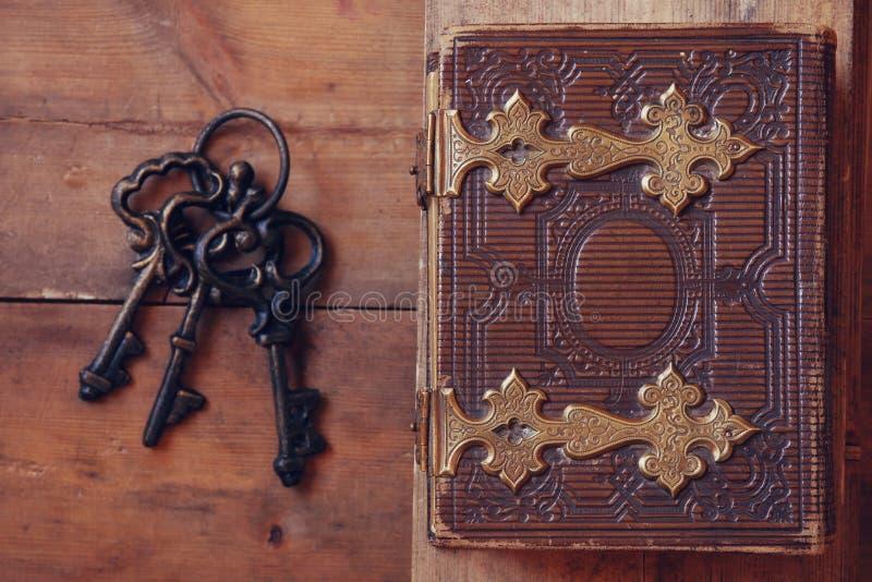 Τοπ άποψη της παλαιάς κάλυψης βιβλίων, με τις αγκράφες ορείχαλκου στοκ εικόνα