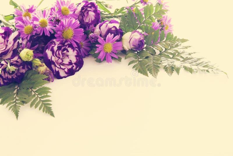 Τοπ άποψη της πορφυρής όμορφης ρύθμισης λουλουδιών στο άσπρο ξύλινο υπόβαθρο διάστημα αντιγράφων στοκ φωτογραφία