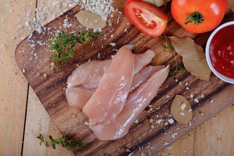 Τοπ άποψη της προετοιμασίας του φρέσκου κρέατος κοτόπουλου τροφίμων με τα χορτάρια στο ξύλο στοκ φωτογραφίες με δικαίωμα ελεύθερης χρήσης