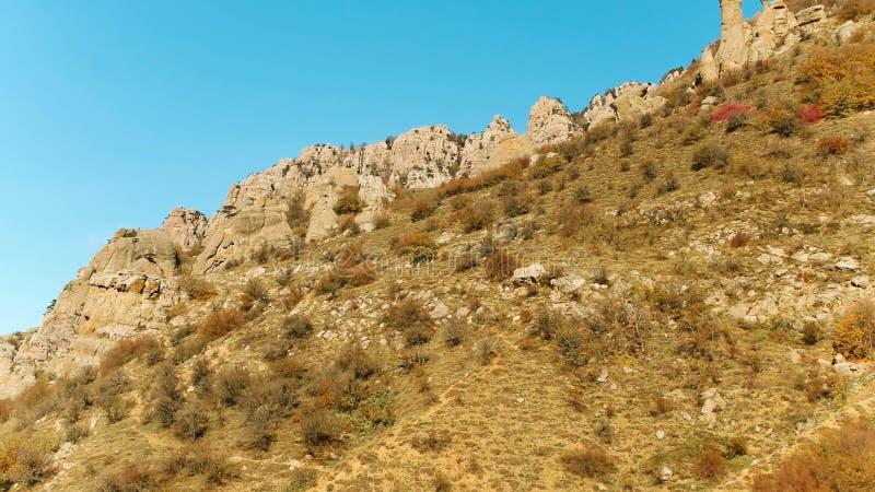 Τοπ άποψη της σειράς υψηλών βουνών το ζωηρόχρωμο φθινόπωρο με τα πράσινα κίτρινα λιβάδια και τις δύσκολες αιχμές βουνών πλάνο Άπο στοκ εικόνες