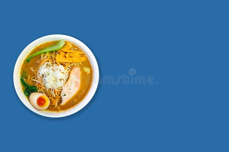 Τοπ άποψη της σούπας Tonkotsu Ramen κόκκαλων χοιρινού κρέατος Ramen με το χοιρινό κρέας Chashu, Scallion, το νεαρό βλαστό, το καρ στοκ εικόνες