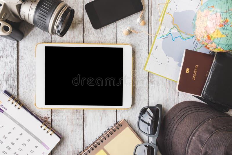 Τοπ άποψη της ταμπλέτας με τη κάμερα, ημερολόγιο, έξυπνο τηλέφωνο, ακουστικά στο άσπρο ξύλινο επιτραπέζιο υπόβαθρο στοκ εικόνες