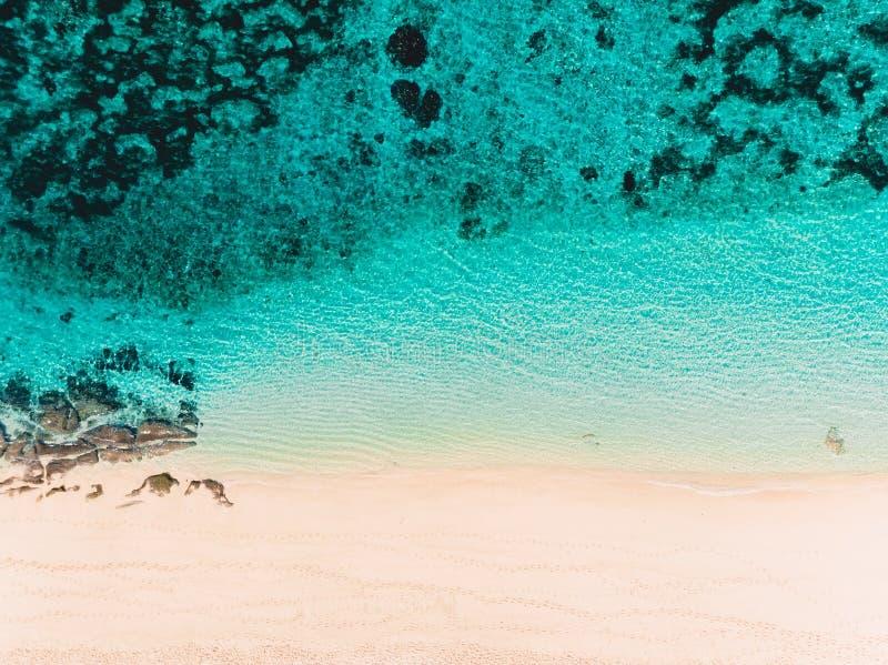 Τοπ άποψη της τροπικής παραλίας άμμου με το τυρκουάζ ωκεάνιο νερό, εναέριος πυροβολισμός κηφήνων στοκ εικόνα