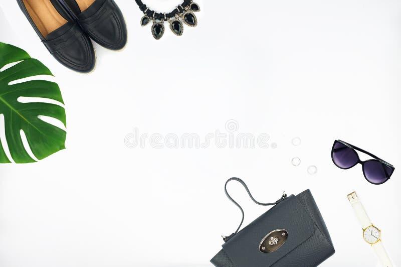 Τοπ άποψη της τσάντας, των παπουτσιών, των γυαλιών ηλίου και του ρολογιού δέρματος στοκ φωτογραφία