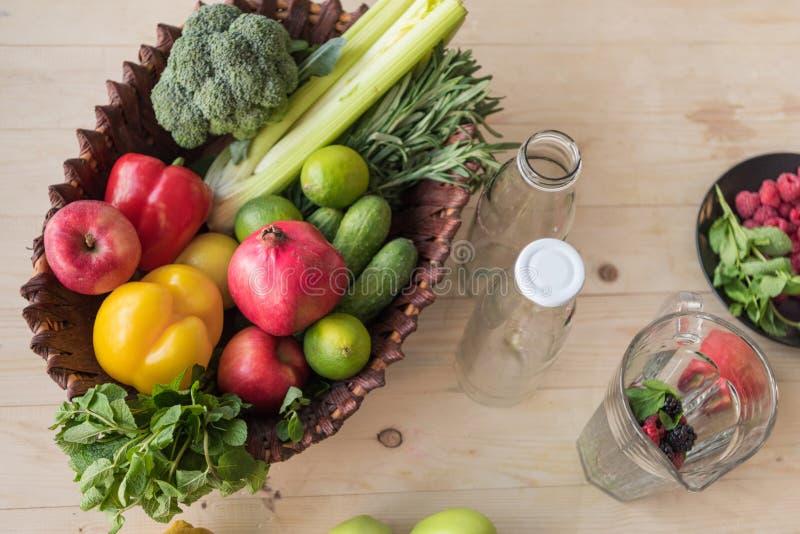 τοπ άποψη της φρέσκιας οργανικής τροφής στο καλάθι και τα κενά μπουκάλια γυαλιού στοκ φωτογραφίες