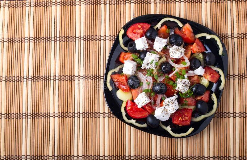 Τοπ άποψη της φρέσκιας χορτοφάγου σαλάτας σε ένα μαύρο τετραγωνικό πιάτο στοκ φωτογραφία με δικαίωμα ελεύθερης χρήσης