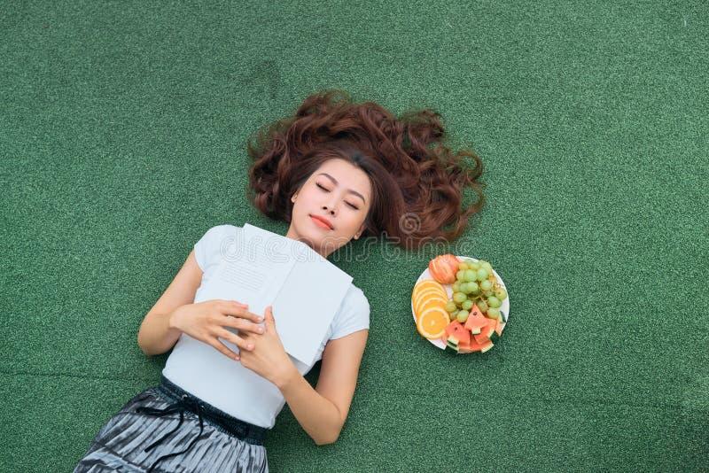 Τοπ άποψη της όμορφης γυναίκας με τα φρούτα στο θερινό πάρκο στοκ φωτογραφία με δικαίωμα ελεύθερης χρήσης