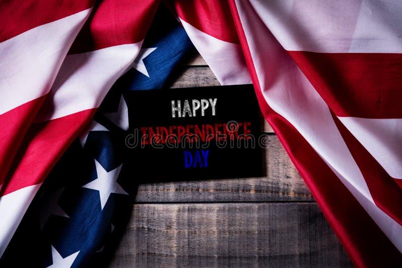 Τοπ άποψη του άσπρου πλαισίου εικόνων με τη σημαία των Ηνωμένων Πολιτειών της Αμερικής στο ξύλινο υπόβαθρο Ημέρα της ανεξαρτησίας στοκ εικόνες με δικαίωμα ελεύθερης χρήσης