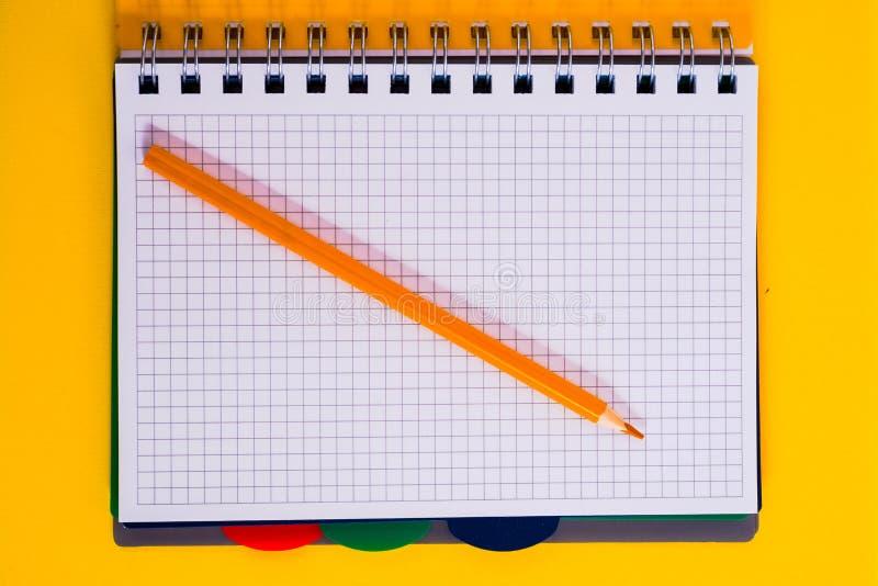 Τοπ άποψη του ανοικτού σπειροειδούς κενού σημειωματάριου με το μολύβι στο κίτρινο υπόβαθρο γραφείων στοκ εικόνα με δικαίωμα ελεύθερης χρήσης