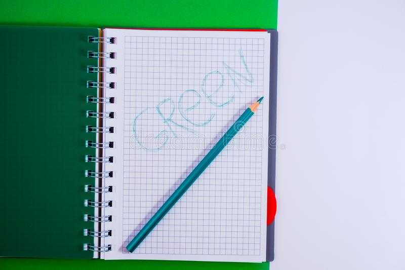 Τοπ άποψη του ανοικτού σπειροειδούς κενού σημειωματάριου με το μολύβι στο πράσινο υπόβαθρο γραφείων στοκ φωτογραφία με δικαίωμα ελεύθερης χρήσης
