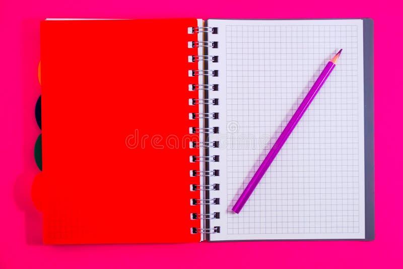 Τοπ άποψη του ανοικτού σπειροειδούς κενού σημειωματάριου με το μολύβι στο κόκκινο υπόβαθρο γραφείων στοκ εικόνες με δικαίωμα ελεύθερης χρήσης