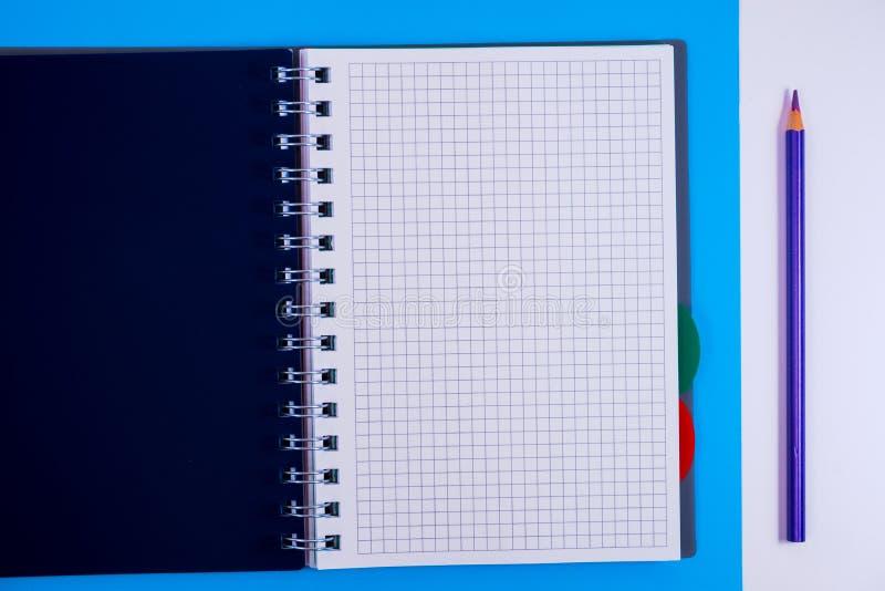 Τοπ άποψη του ανοικτού σπειροειδούς κενού σημειωματάριου με το μολύβι στο μπλε υπόβαθρο γραφείων στοκ εικόνες με δικαίωμα ελεύθερης χρήσης