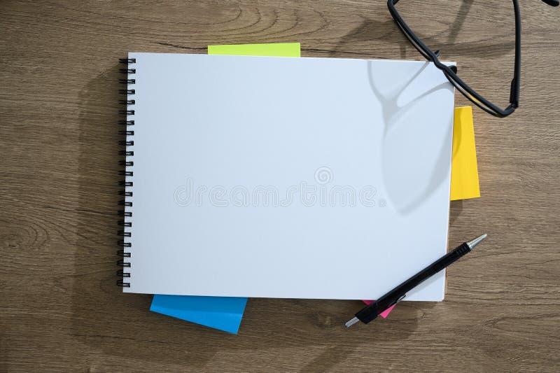 Τοπ άποψη του ατόμου με στενό επάνω εργαζομένων lap-top πολυάσχολο του δημιουργικού υπολογιστή γραφείου σχεδιαστών με τον καθαρό  στοκ εικόνες με δικαίωμα ελεύθερης χρήσης