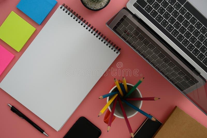 Τοπ άποψη του ατόμου με στενό επάνω εργαζομένων lap-top πολυάσχολο του δημιουργικού υπολογιστή γραφείου σχεδιαστών με τον καθαρό  στοκ εικόνα