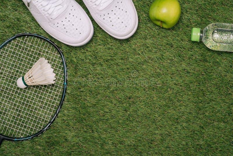 Τοπ άποψη του διάφορου αθλητικού εξοπλισμού στην πράσινη χλόη στοκ εικόνα