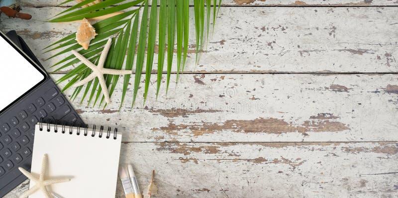 Τοπ άποψη του εργασιακού χώρου έννοιας παραλιών με το σημειωματάριο στοκ φωτογραφία με δικαίωμα ελεύθερης χρήσης