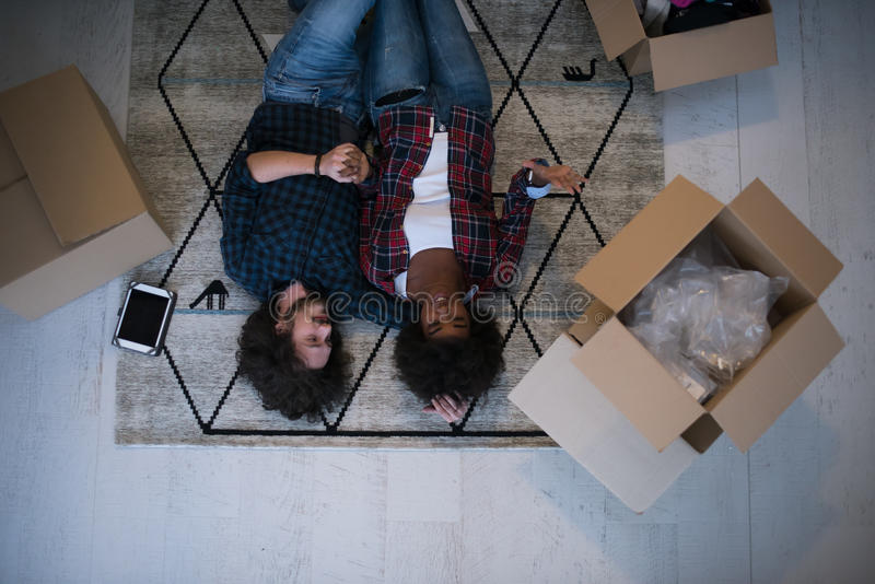 Τοπ άποψη του ελκυστικού νέου multiethnic ζεύγους στοκ εικόνα με δικαίωμα ελεύθερης χρήσης