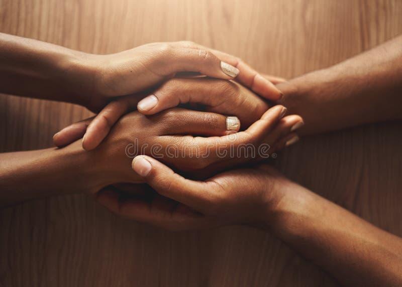 Τοπ άποψη του ζεύγους που κρατά τα χέρια τους στοκ εικόνα
