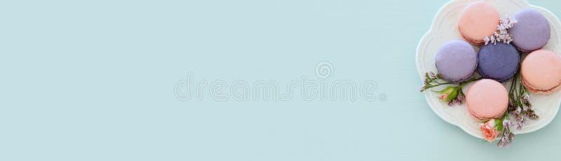 Τοπ άποψη του ζωηρόχρωμο macaron ή macaroon πέρα από το μπλε υπόβαθρο κρητιδογραφιών Επίπεδος βάλτε απαγορευμένα στοκ φωτογραφίες