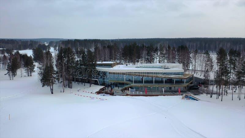 Τοπ άποψη του κέντρου χειμερινής αναψυχής footage Όμορφη βάση του χειμερινού θερέτρου που περιβάλλεται από τα δέντρα και τους μαζ στοκ εικόνες