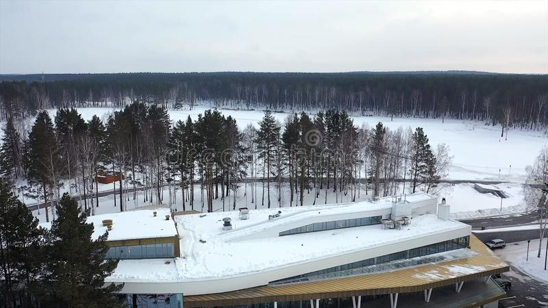 Τοπ άποψη του κέντρου χειμερινής αναψυχής footage Όμορφη βάση του χειμερινού θερέτρου που περιβάλλεται από τα δέντρα και τους μαζ στοκ εικόνα