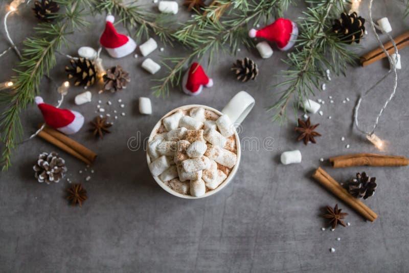 Τοπ άποψη του καυτά φλυτζανιού και marshmallows σοκολάτας στο γκρίζο κλίμα με το θέμα Χριστουγέννων στοκ φωτογραφίες με δικαίωμα ελεύθερης χρήσης
