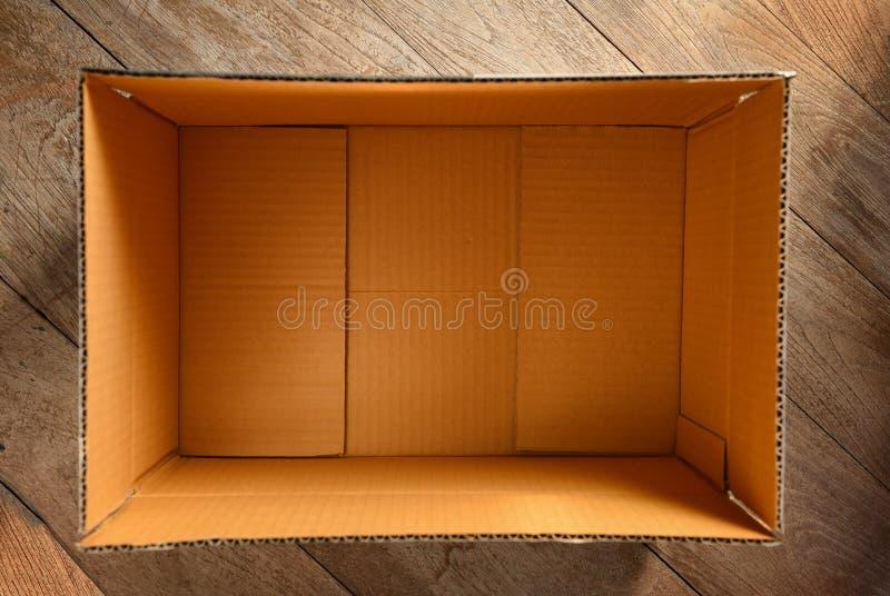 Τοπ άποψη του κενού ανοικτού κουτιού από χαρτόνι στοκ εικόνες