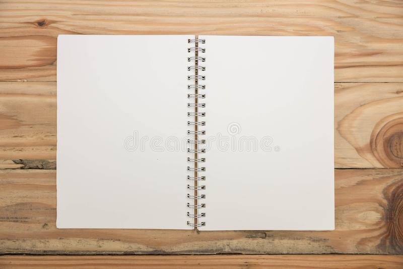 Τοπ άποψη του κενού σημειωματάριου στο ξύλινο γραφείο στοκ φωτογραφίες