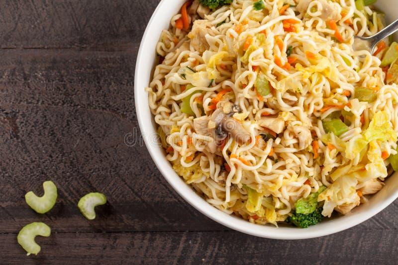 Τοπ άποψη του κινεζικού κοτόπουλου lo mein και των ανάμεικτων λαχανικών στοκ φωτογραφίες με δικαίωμα ελεύθερης χρήσης