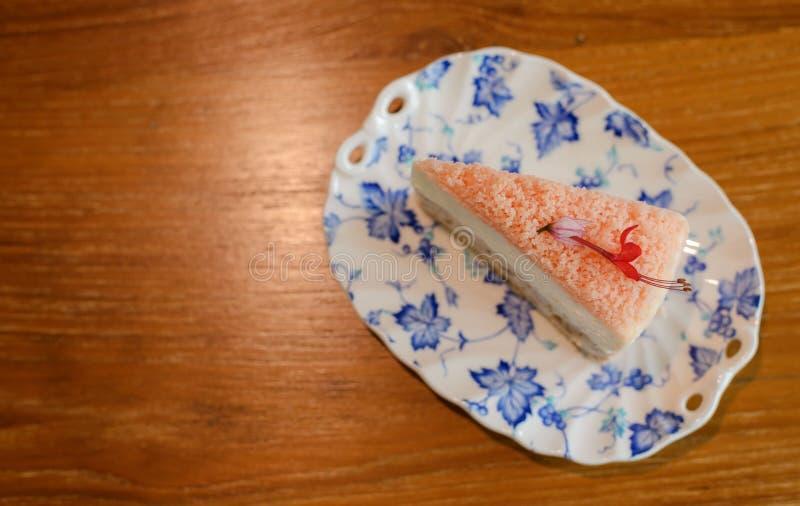 Τοπ άποψη του κομματιού του σπιτικού taro κέικ στο κλασικό πιάτο στον πίνακα με το διάστημα αντιγράφων για το κείμενο στοκ εικόνα με δικαίωμα ελεύθερης χρήσης